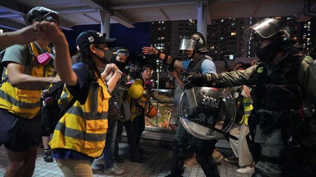 Surat kabar pemerintah China, Global Times, memuji cara polisi Hong Kong bisa menahan diri dalam menangani demonstran yang berunjuk rasa lima bulan terakhir.