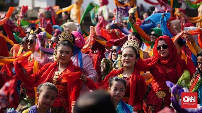 Seni tari dipilih sebagai strategi budaya yang berakar dari nilai-nilai kearifan lokal untuk menjaga tradisi dan keberagaman Indonesia.