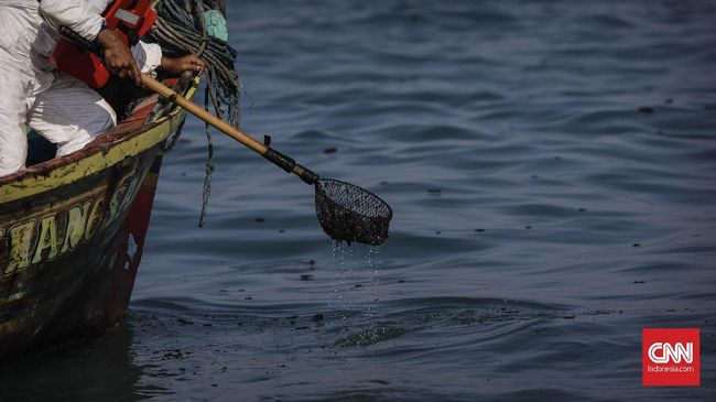 Direktur Utama PT Pertamina Persero dan PT Pertamina Hulu Energi Offshore North West Java digugat 16 nelayan terkait tumpahan minyak di Karawang.