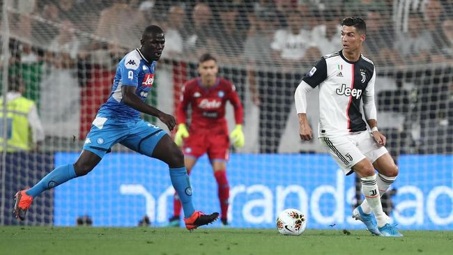 Juventus' Portuguese forward Cristiano Ronaldo (R) vies with Napoli's Senegalese defender Kalidou Koulibaly during the Italian Serie A football match Juventus vs Napoli on August 31, 2019 at the Juventus stadium in Turin. (Photo by Isabella Bonotto / AFP)