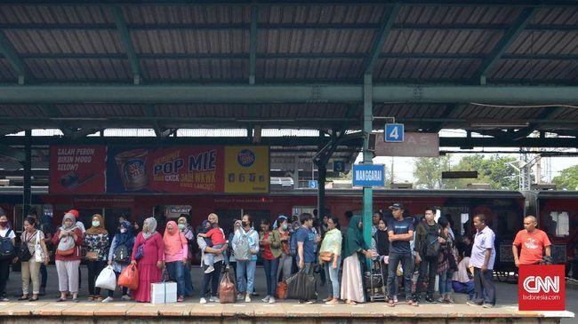 Pengguna KRL Commuter Line tetap diminta waspada dan diimbau mengikuti arahan petugas usai aksi tawuran di Manggarai, Jakarta Selatan.