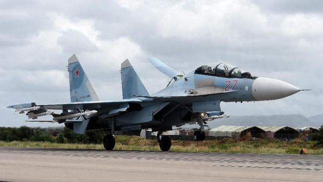 A Russian Sukhoi Su-35 bomber lands at the Russian Hmeimim military base in Latakia province, in the northwest of Syria on May 4, 2016. - Syria's conflict erupted in 2011 after anti-government protests were put down. Fighting quickly escalated into a multi-faceted war that has killed more than 270,000 people and forced millions from their homes. (Photo by Vasily Maximov / AFP) / MOY