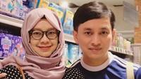 <p>Wajah Yoviw terlihat awet muda. Tapi tetap serasi dengan sang istri yang berwajah teduh dan keibuaan. (Foto: Instagram @ywpiano)</p>