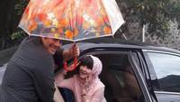 <p>Sweet! Biar enggak kehujanan, Dwiki siap memayungi sang istri. (Foto: Instagram @dharmawan_dwiki_official)</p>