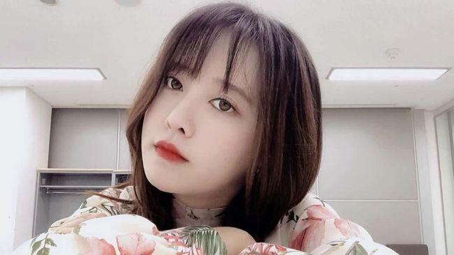 Setelah cukup lama tak muncul di layar, aktris Korea Ku Hye-sun kembali ke layar kaca dengan membintangi sekaligus menyutradarai film Dark Yellow.
