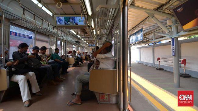 PT KCI memutuskan menurunkan penumpang karena tertangkap basah merokok di dalam kereta.