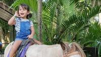 Seru banget nih main kuda, hati-hati jatuh lho Alexa. (Foto: Instagram @liawaode)