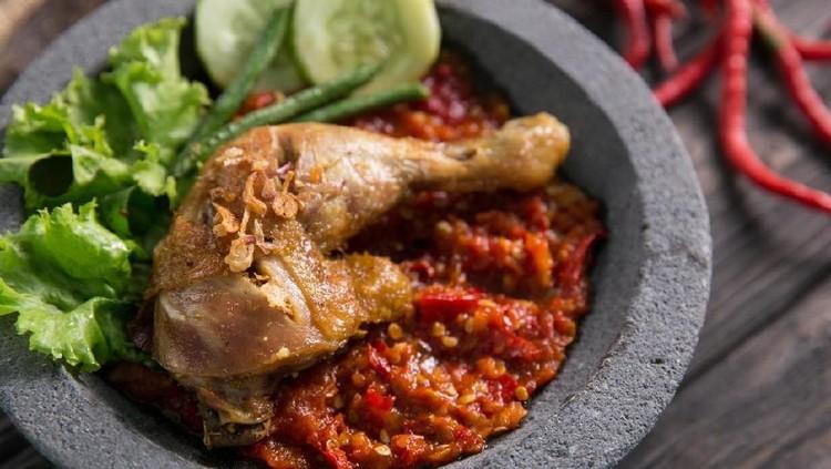 Ayam goreng penyet menjadi sajian makan siang yang menggoda selera. Apalagi dicocol sambal terasi yang nikmat tiada dua.