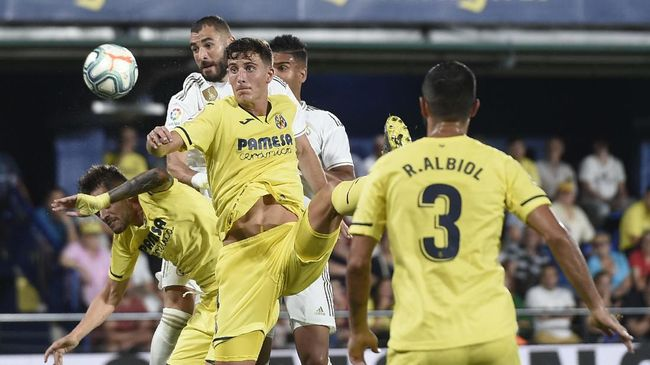 Real Madrid's French forward Karim Benzema (2L) challenges Villarreal's Spanish defender Pau Torres  during the Spanish league football match Villarreal CF against Real Madrid CF at La Ceramica stadium in Vila-real on September 1, 2019. (Photo by Josep LAGO / AFP)