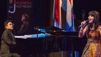 <p>Sebagai musisi, Dwiki sering mendampingi Ita menyanyi di atas panggung. (Foto: Instagram @dharmawan_dwiki_official)</p>