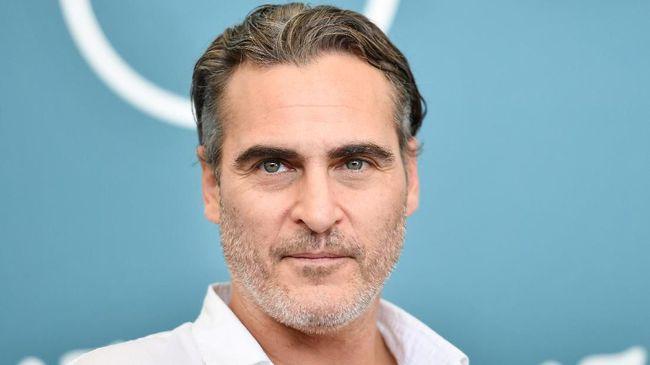 Usai sukses memerankan Joker, Joaquin Phoenix kembali ke balik layar untuk memproduksi film dokumenter yang berfokus pada keseharian dan perasaan seekor babi.