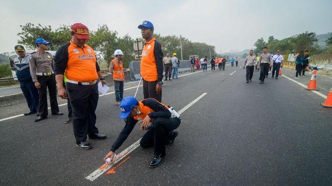 Mobil berpenumpang 9 orang mengalami pecah ban belakang sehingga pengemudi kehilangan kendali dan kendaraan oleh. Tiga orang tewas di tempat.
