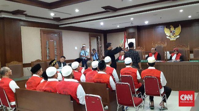 Saksi menyebut polisi ikut dalam barisan untuk mencuci muka untuk menghilangkan efek gas air mata saat kerusuhan 22 Mei di gedung Sarinah, Jakarta.