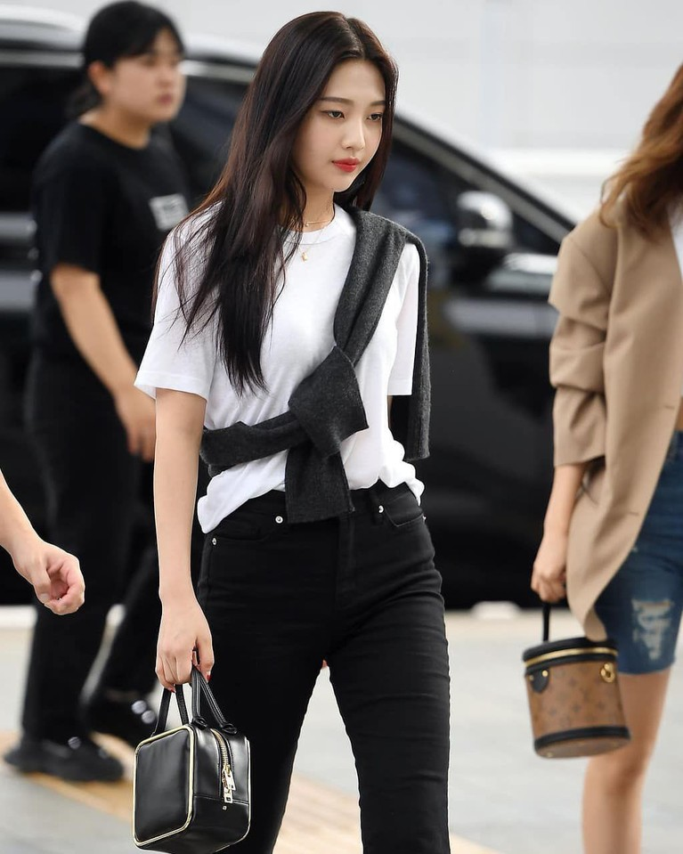 Joy begitu mempesona ketika berjalan di Bandara dengan mengenakan busana hitam dan putih.