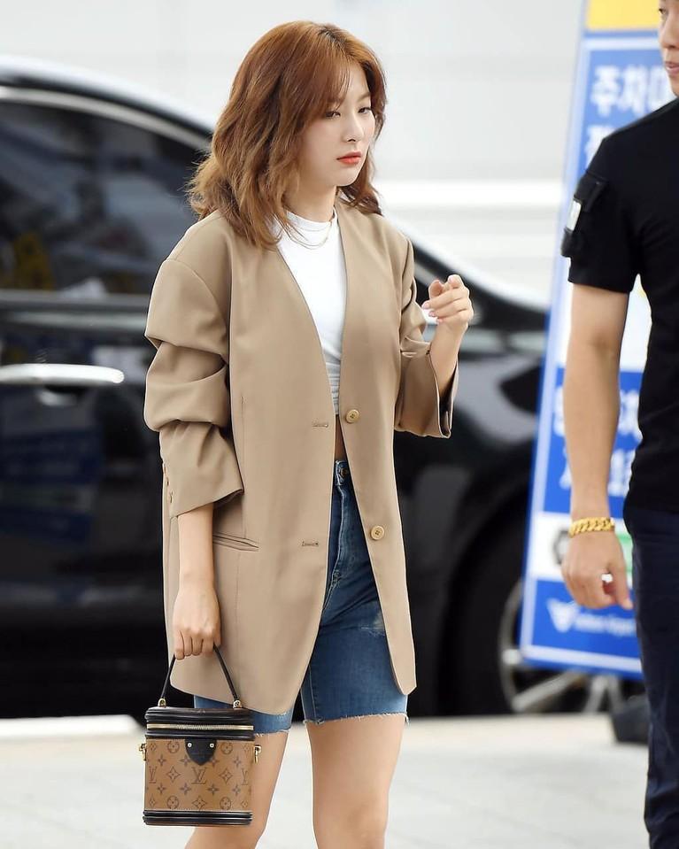 Gaya Seul Gi yang begitu simpel membuatnya terlihat georgeous dan layak disebut woman crush oleh banyak orang