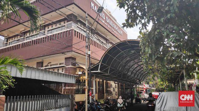 Masjid Darussalam memundurkan pengajian rutin untuk membantu pelayanan upacara tutup peti, salah satu anggota warga Katolik di Cempaka Baru, Jakarta Pusat.