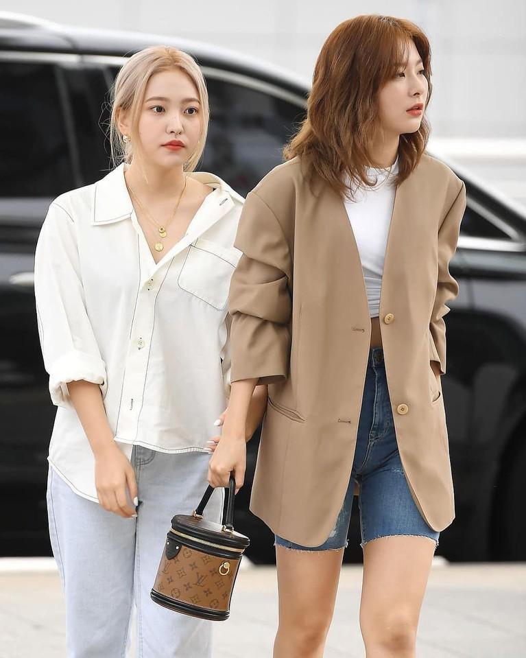 Yeri dan Seul Gi terlihat begitu kompak ketika berjalan bersama di Bandara.