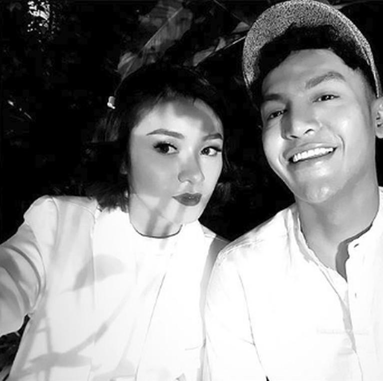 Keduanya juga terlihat menghadiri pernikahan dari keluarga Tyo.