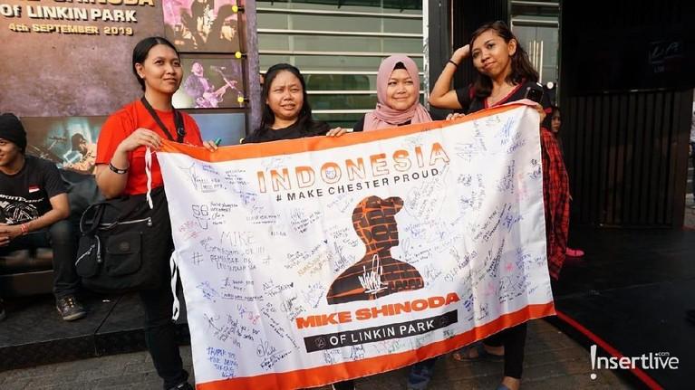 Penonton juga membawa sebuah spanduk besar bersamaan gambar siluet Mike Shinoda di tengah dengan beberapa tanda tangan para penggemar, yang tidak bisa hadir di konser Mike Shinoda nanti malam.