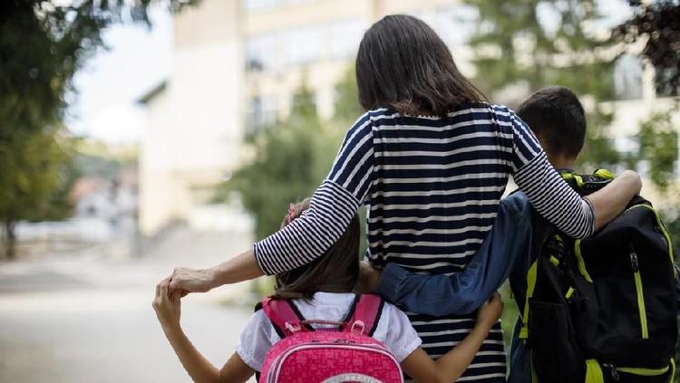 Buat Bunda mungkin sering banget merasa galau, apalagi kalau sudah terkait dengan urusan sekolah. Bisa-bisa malah bikin hati bimbang dan ribut sama suami.