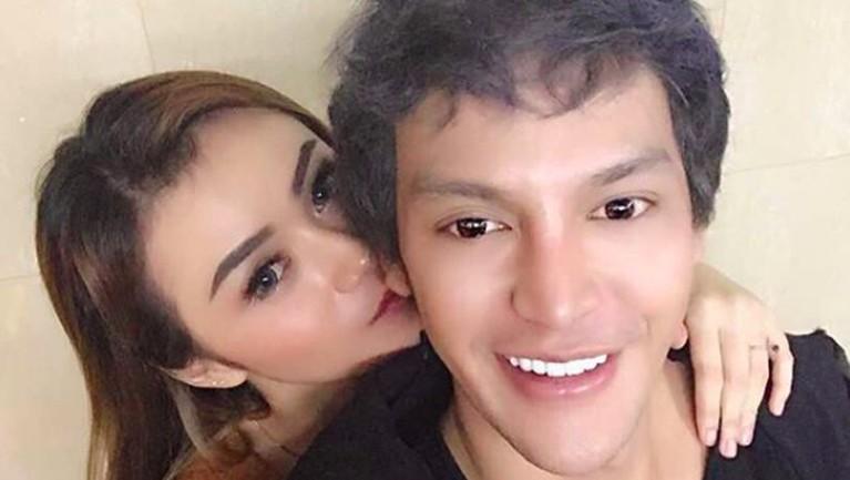 Dara The Virgin tengah menjalin asmara dengan seorang pria bernama Tyo AB yang berprofesi sebagai pengusaha muda di Bali.