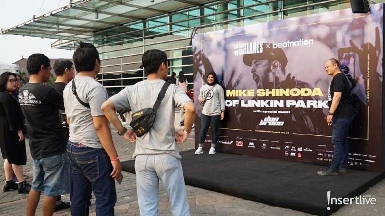 Beberapa penggemar sudah mengambil fotountuk memeriahkan konser Mike Shinoda di JIEXPO Kemayoran.