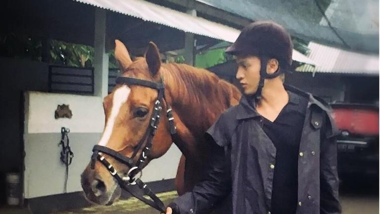 Selain senang berbisnis, Tyo juga hobi berkuda.
