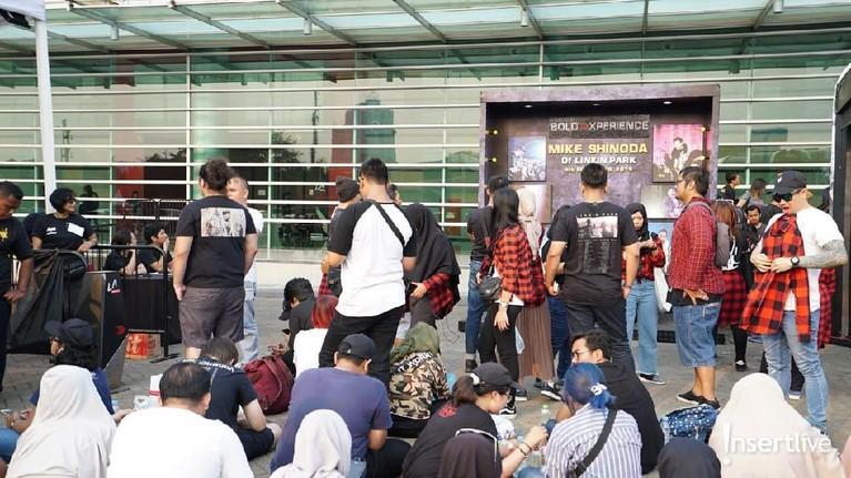 Penggemar juga bisaberfoto di depan area foto yang sudah disediakan oleh promotor konser Mike Shinoda.