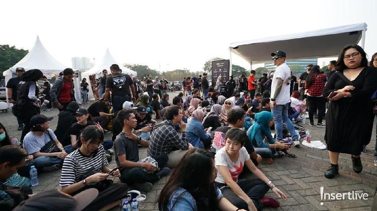 Beberapa penggemar yang akan menonton konser Mike Shinoda sudah berkumpul di JIEXPO Kemayoran, Jakarta Pusat, menunggu waktu masuk ke dalam lokasi konser.