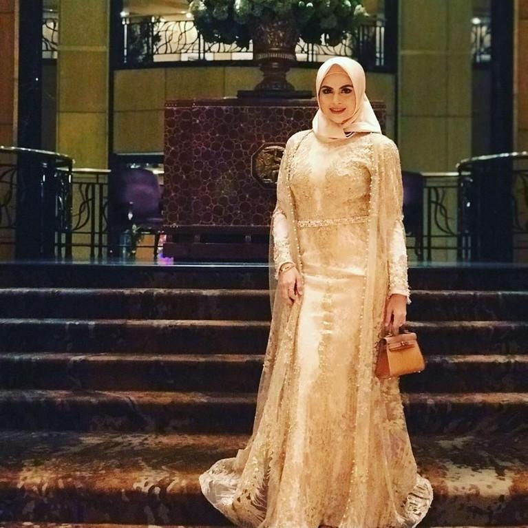 Pada setiap kesempatan, ia terlihat cantik dan elegan dalam balutan hijabnya.