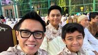 <p>Eko bersama dua putranya berpose sebelum salat Ied tahun lalu. Siapa ya yang wajahnya mirip Ayah Eko di antara kedua anaknya? (Foto: Instagram @ekopatriosuper)</p>