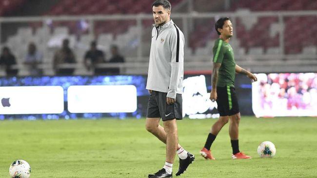PSSI memecat Simon McMenemy dari kursi pelatih Timnas Indonesia pada Rabu (6/11). Netizen merespons dengan meminta Luis Milla kembali melatih timnas.