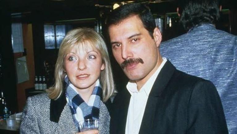 Bukti cinta Freddie pada Marry juga ditunjukkan dengan memberikan hampir seluruh kekayaannya kepada Marry.