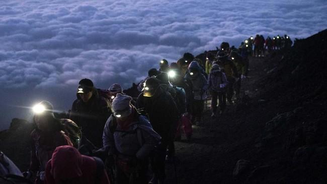 Panorama matahari terbit dari puncak Gunung Fuji, Jepang, yang sangat cantik membuat pendaki rela memulai perjalanan sejak dini hari.