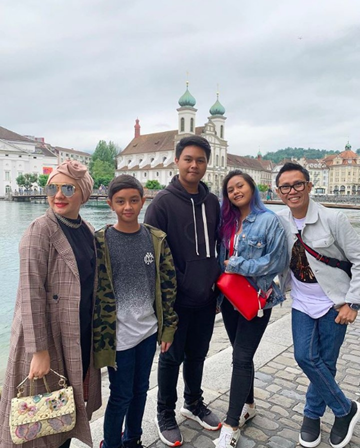Eko Patrio dan Viona Rosalina dikaruniai tiga anak. Kini, anak-anaknya sudah tumbuh jadi remaja. Simak keseruan keluarga mereka!