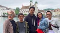 <p>Liburan bareng keluarga ke Switzerland. Wah, Nayla sudah dewasa juga nih, dan terlihat <em>stylish</em> seperti sang mama. (Foto: Instagram @ekopatriosuper)</p>