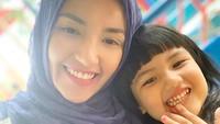 <p>Tsania dan Shabira lagi menunggu kedatangan Aang Syarif. Terlihat sangat mirip ya, Bun. (Foto: Instagram @tsaniamarwa54)</p>