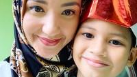 <p>Bersama si sulung Syarif yang menurut Pengadilan Agama Cibinong, hak asuhnya jatuh ke tangan sang ayah, Atalarik. (Foto: Instagram @tsaniamarwa54)</p>