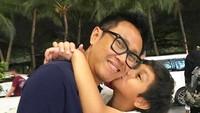 <p>Cannavaro menunjukkan ciuman sayangnya sama Ayah Eko. Semoga sehat dan bahagia selalu. (Foto: Instagram @ekopatriosuper)</p>