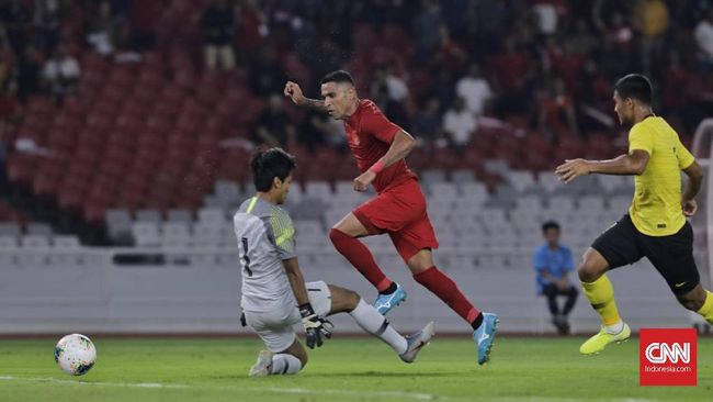 Timnas Indonesia unggul 2-1 atas Malaysia di babak pertama pada laga Grup G Kualifikasi Piala Dunia 2022 di Stadion Gelora Bung Karno, Jakarta, Kamis (5/9).