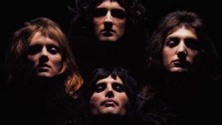 Bohemian Rhapsody. Lagu paling legendaris ini mengisahkan tentang perjalanan panjang karier Queen. Lagu berdurasi hampir enam menit ini sendiri memiliki genre progressive rock, progressive pop, symphonic rock dan hard rock.