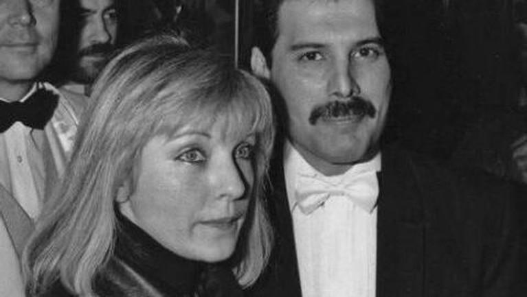 Freddie Mercury yang merayakan ulang tahunnya hari ini, Kamis (5/9), dikenal sangat mencintai sang kekasih, Marry Austin. Keduanya sendiri pertama kali bertemu pada 1970 silam.
