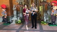 <p>Menjalani hidup sebagai istri dari seorang perwira polisi, Kadek Devi makin terlihat memesona ya, Bun. (Foto: Instagram @kddevie) </p>