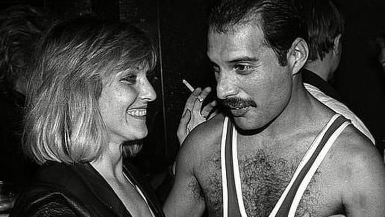 Meski kisah cintanya tak bisa dilanjutkan, Freddie membelikan sebuah apartemen agar sang vokalis bisa terus melihat Marry.