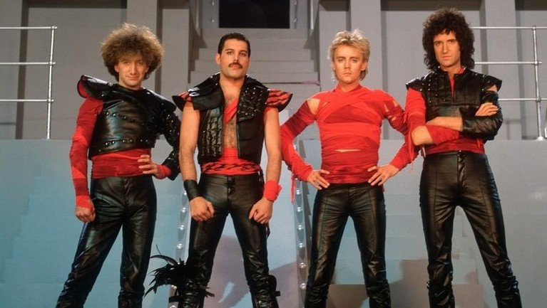Under Pressure. Berdurasi lebih dari empat menit, lagu ini menjadi lagu kedua yang langsung melejit ke dalam tangga lagu dunia setelah Bohemian Rhapsody.