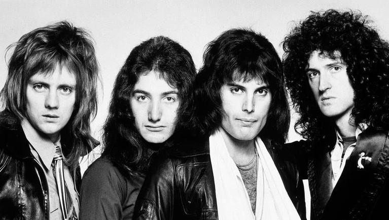 Somebody To Love. Dirilis pada 12 November 1976 silam, lagu yang diciptakan langsung oleh Freddie Mercury ini juga termasuk ke dalam salah satu lagu terbaik Queen.