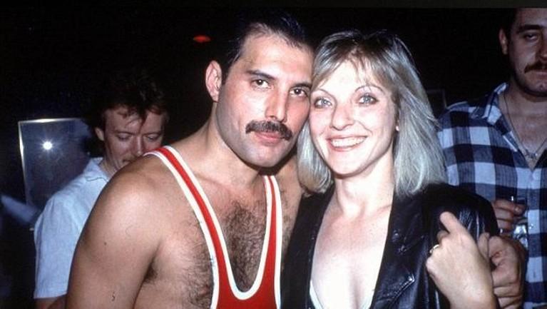 Musisi ternama Freddie Mercury selalu lekat dengan sosok perempuan cantik Marry Austin. Marry dikenal sebagai sosok yang berhasil merebut hati sang legenda.