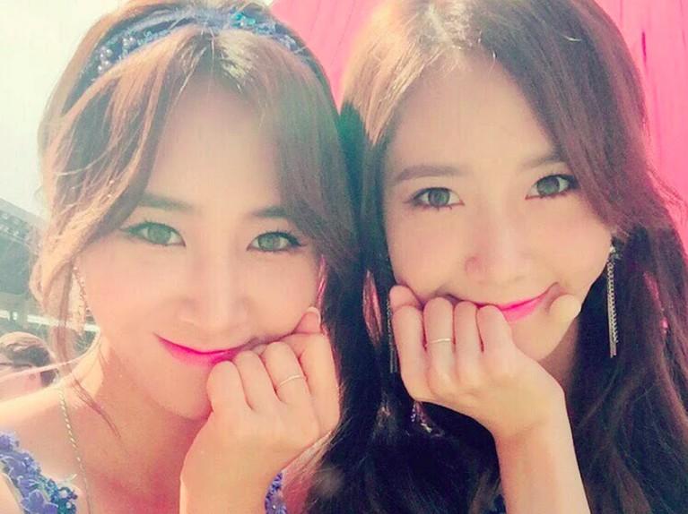 Yoona dan Yuri dari Girls Generation ini juga banyak yang menyebut terlihat seperti saudara kembar.