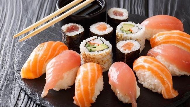 PT Sushi Tei Indonesia menggugat mantan Direktur Utama perseroan Presiden Direktur Kusnadi Rahardja atas pemblokiran rekening Sushi Tei di sejumlah bank.