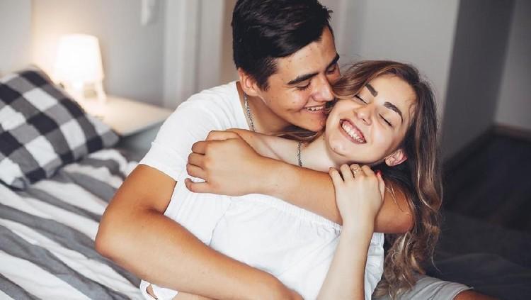 Bunda bisa mencoba tiga posisi seks yang bisa bantu bakar kalori nih. Cukup menantang dilakukan bersama pasangan.